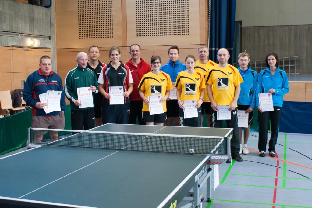 Die Sieger der Wettbewerbe Herren B Einzel und Doppel sowie Mixed Herren/Damen. Foto: Jürgen Keller