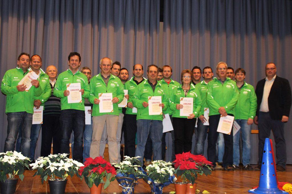 Die geehrten Spielerinnen und Spieler des FC Külsheim bei der Jahresabschlussfeier zusammen mit Bezirksfachwart Thomas Henninger.