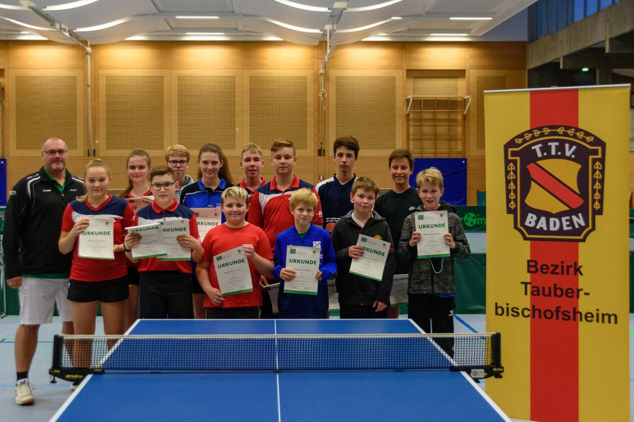Die Siegerinnen und Sieger der Wettbewerbe Schüler B-Klasse Einzel, Mixed Mädchen / Jungen, Mädchen Doppel und Jungen Doppel.