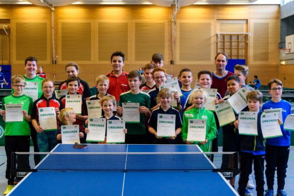 Die Siegerinnen und Sieger der Wettbewerbe Schüler A, Schüler C und Schülerinnen C mit Jugendwart Marcel Münkel.